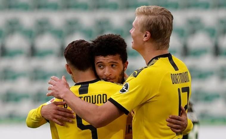 桑乔与队友拥抱庆祝进球,可能被德国足协警告